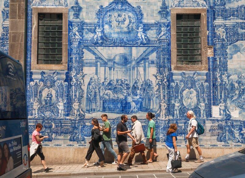 Ulica z dziejowymi budynkami, tradycyjnym malującym tileworks azulejo i chodzić pedestrians wokoło, obraz stock