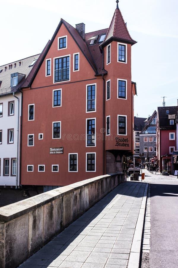 Ulica z kolorowym czerwień domem w historycznym centrum w Nuremberg zdjęcie royalty free