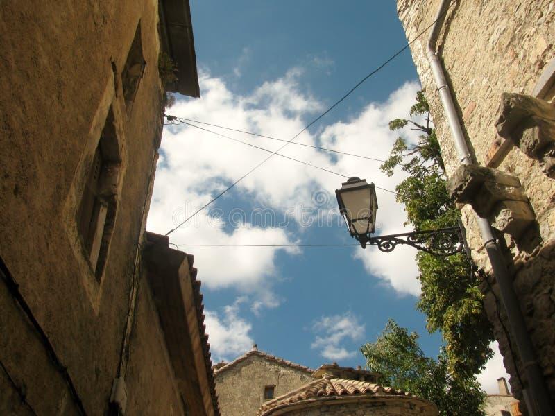 Ulica z lampionem Miasteczko Navacelles, Francja fotografia stock