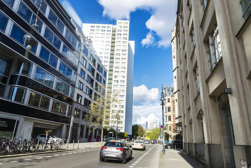 Ulica z nowożytnymi blokami mieszkalnymi i biurami w Berlin, niemiec fotografia royalty free