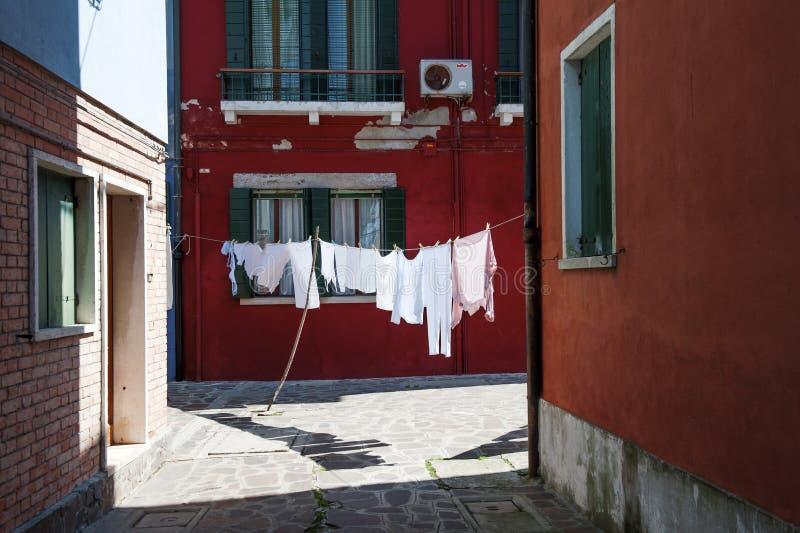 Ulica z obwieszeniem odziewa w Burano wyspa blisko Wenecja, troszkę, Włochy obrazy royalty free