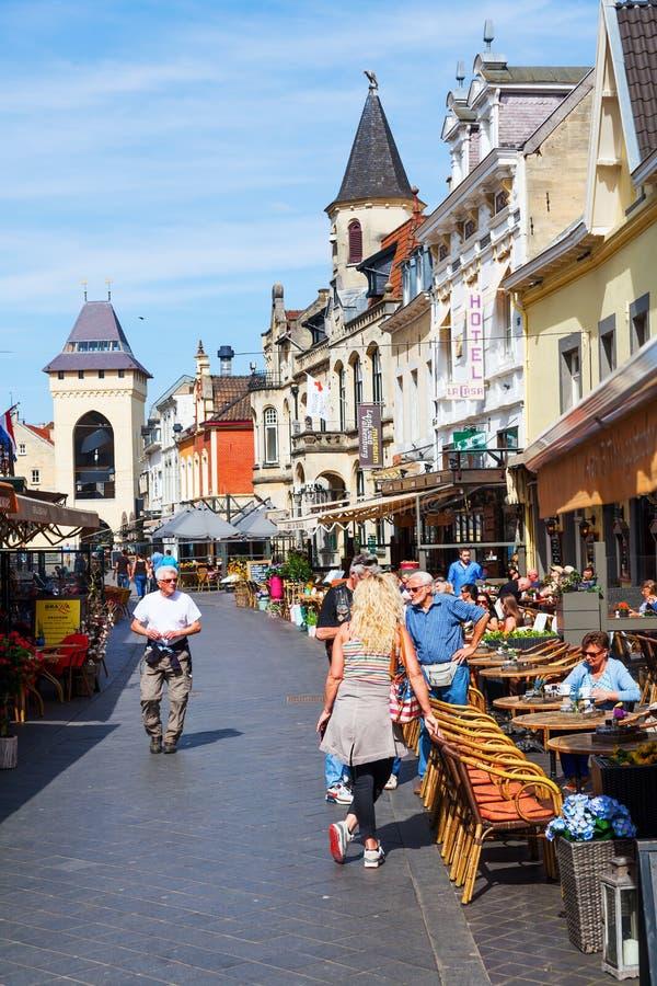 Ulica z restauracjami w starym miasteczku Valkenburg aan De Geul, holandie obraz royalty free