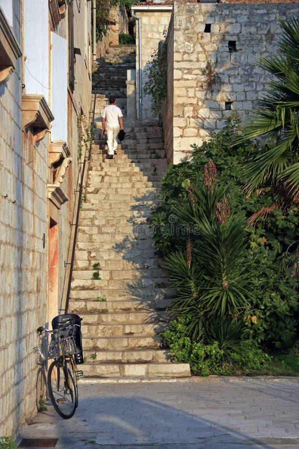 Ulica z schodkami w miasteczku Vis zdjęcie royalty free