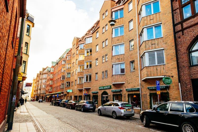 Ulica z starymi ładnymi kolorowymi domami w dziejowym centrum Malmo, Szwecja fotografia stock