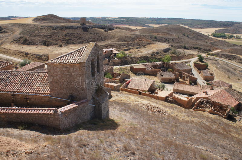 Ulica z Starymi domami w Hiszpańskiej wiosce zdjęcie royalty free