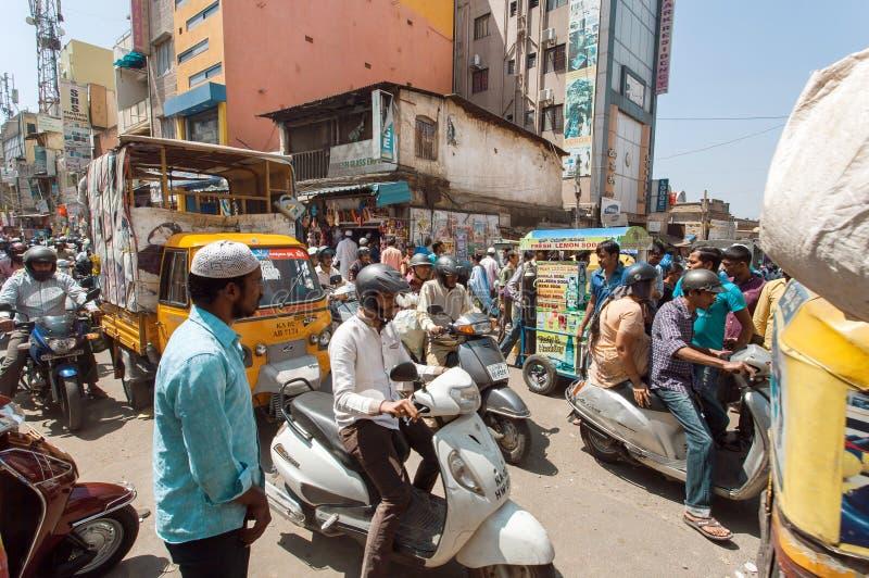 Ulica z tłumem ruchliwie ludzie i pojazdy robi ruchu drogowego dżemowi obrazy stock