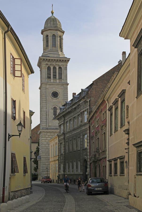 Ulica z widokiem ewangelicki kościół w mieście Sopron obraz stock
