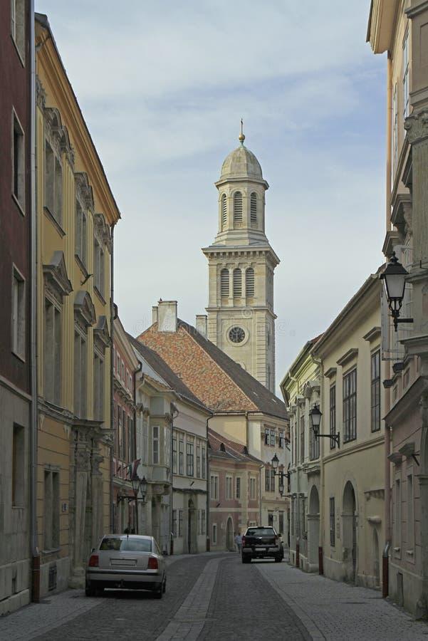 Ulica z widokiem ewangelicki kościół w mieście Sopron fotografia royalty free