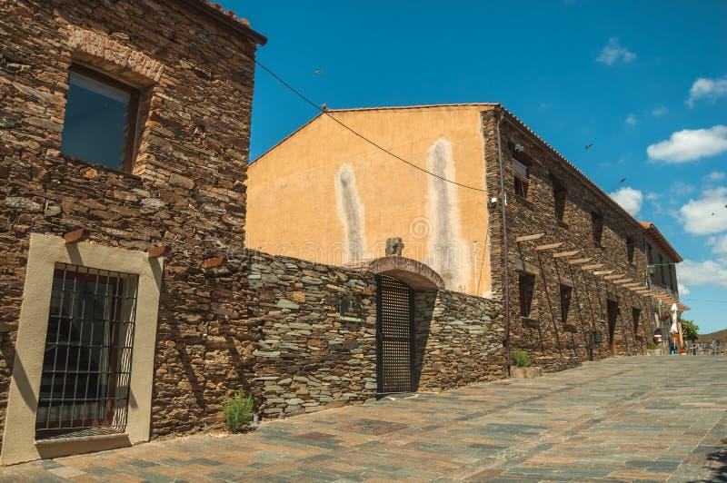 Ulica z wieśniaków domami i kamienne ściany z roślinami fotografia royalty free