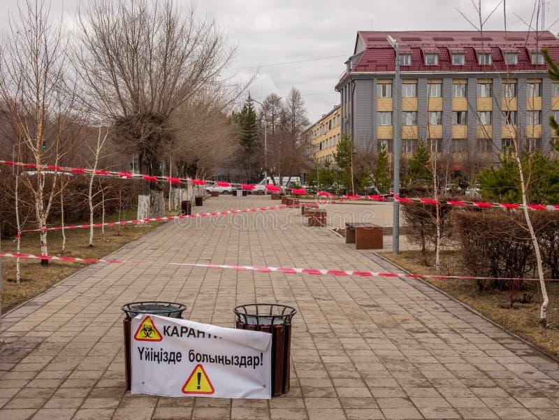 Ulice miasta są kwarantannie zamknięte z powodu blokady epidemii wirusa Coronavirus. Znak ostrzegawczy informacji o kwarantannie obrazy stock