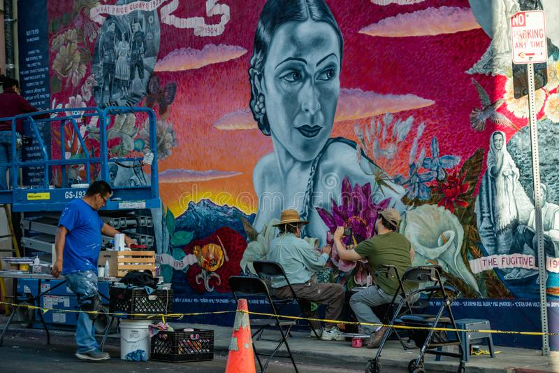 Ulicy ścienna sztuka Artysta maluje malowidło ścienne na Hollywood bulwarze obrazy royalty free