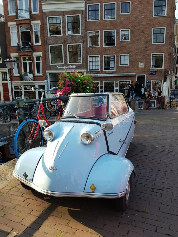 Ulicy Amsterdam na pogodnym jaskrawym dniu fotografia stock