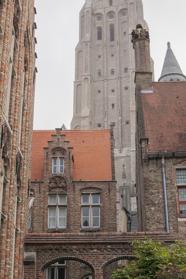 Ulicy Bruges, Belgia czerwoni dachówkowi dachy i redbrick budynki - obrazy stock