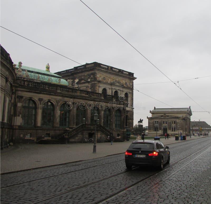 Ulicy Drezdeński - nowożytna przewieziona infrastruktura przeciw tłu dziejowi zabytki obrazy stock