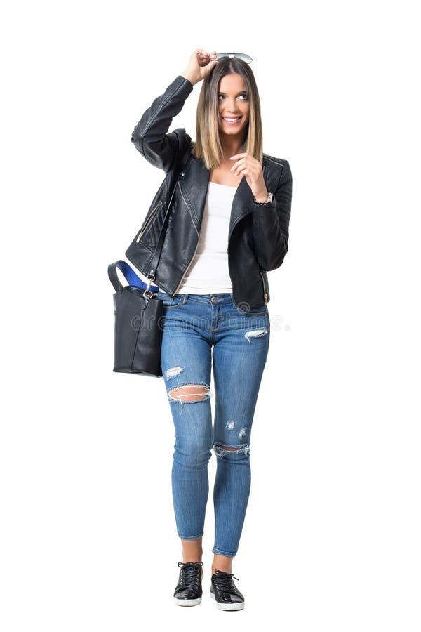 Ulicy dziewczyny kładzenia stylowi modni okulary przeciwsłoneczni na kierowniczy uśmiechniętym i patrzeć daleko od fotografia stock