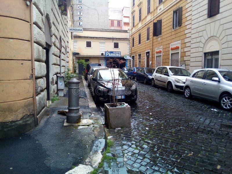 Ulicy i kwadraty Rzym, Włochy Turystyczny miasto - hotele i restauracje Na ulicach hydranty z wodą pitną obraz royalty free