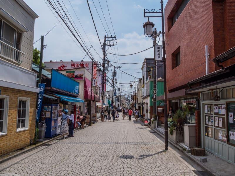 Ulicy w mieście Kamakura TOKIO JAPONIA, CZERWIEC, - 12, 2018 - ruchliwie miejsce dla turystów - zdjęcie stock