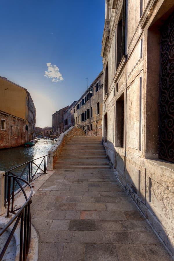Ulicy wody mosta schodki, Wenecja, Włochy obrazy royalty free