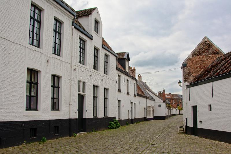 Ulicy z bielem malowali ceglanych domy Święty kąt Stary świętego Elisabeth beguinage lub, Ghent zdjęcie stock