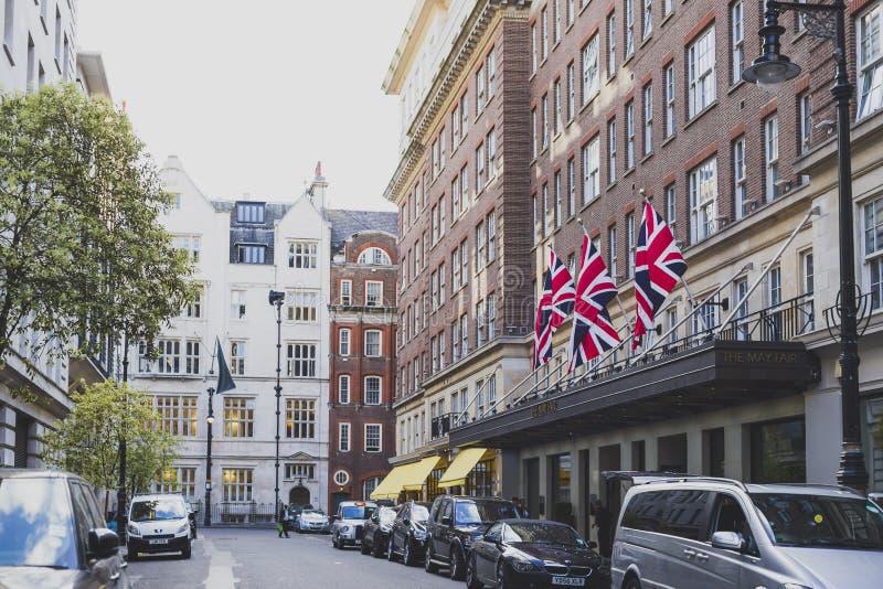 Ulicy z dziejowymi budynkami w Mayfair, bogaci są fotografia royalty free