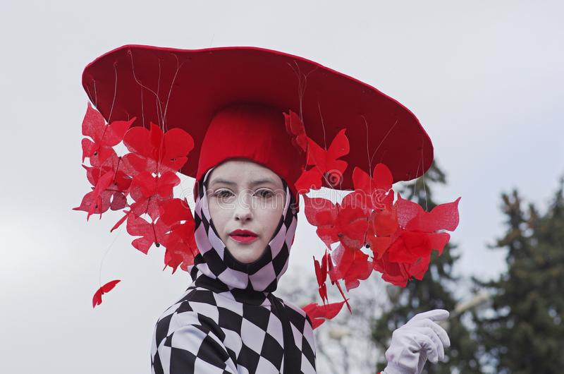 Uliczna aktorka w kapeluszu z motylami przy St Patrick dnia paradą w parkowym Sokolniki wewnątrz zdjęcie stock