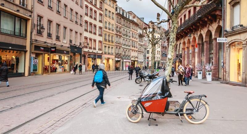 Uliczna atmosfera w zwyczajnej ulicie w centrum miasta S obrazy stock
