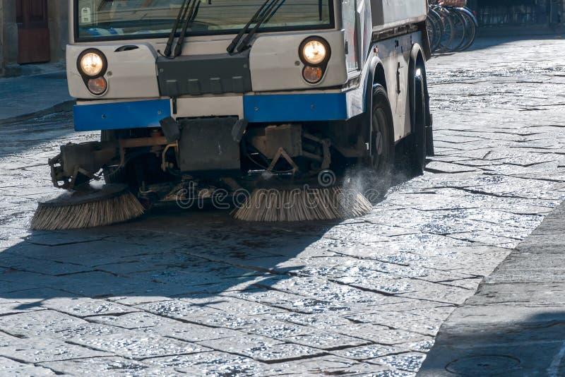 Uliczna cleaning maszyna, wąska ulica zdjęcie stock