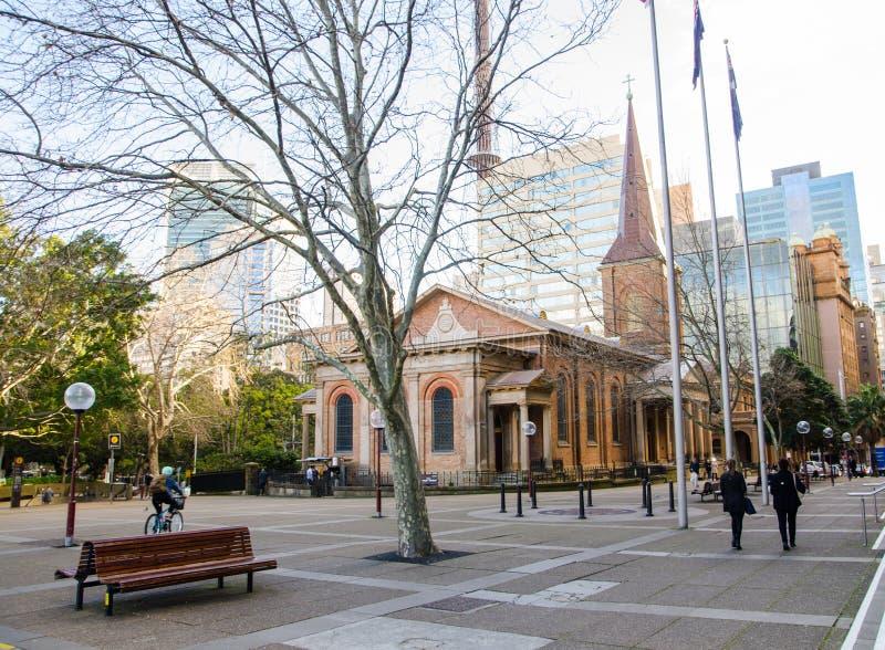 Uliczna fotografia przy królowej ` s kwadratem przed St James kościół z widokiem zimy drzewo, zdjęcie stock