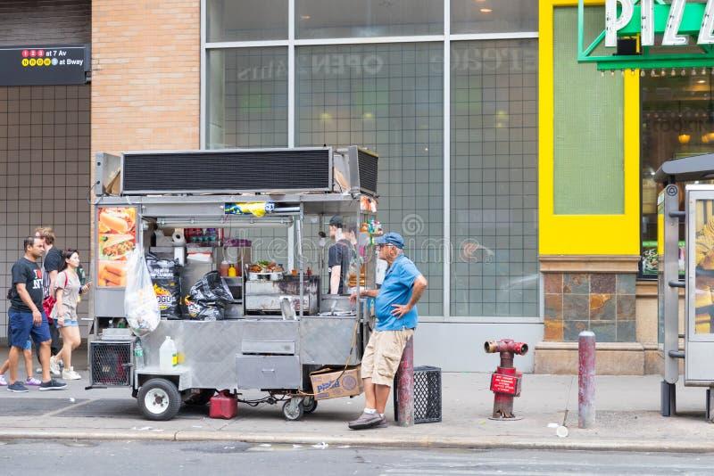 Uliczna karmowego sprzedawcy fura w Manhattan zdjęcie royalty free