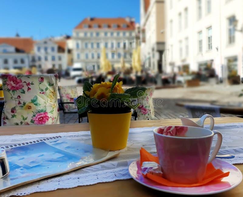 Uliczna kawiarnia w miasto Pustych sto?ach, krzes?a czekania ludzie i fili?anka kawy podr fotografia stock
