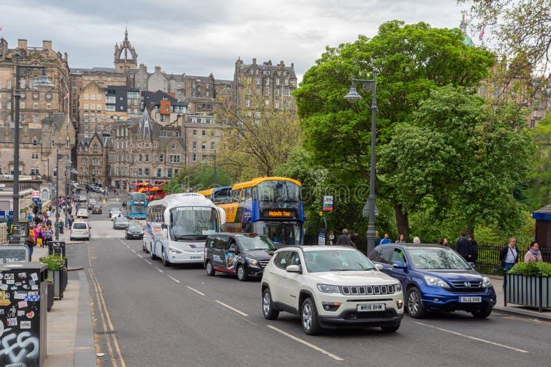 Uliczna scena Edynburg blisko Waverley staci z samochodami i pedestrians obraz stock