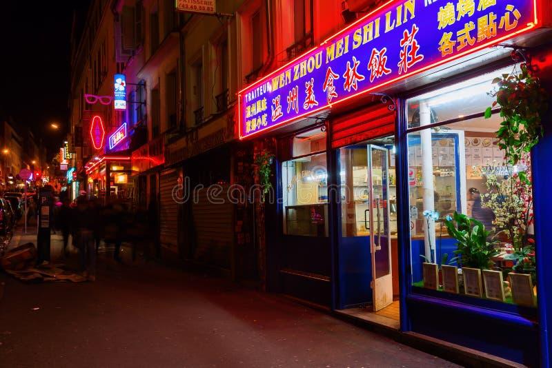 Uliczna scena w Belleville, Paryż, przy nocą zdjęcie stock