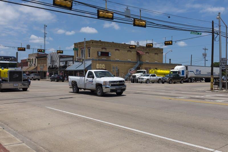 Uliczna scena w mieście Giddings w skrzyżowaniu U S Autostrady 77, 290 w Teksas i obraz royalty free