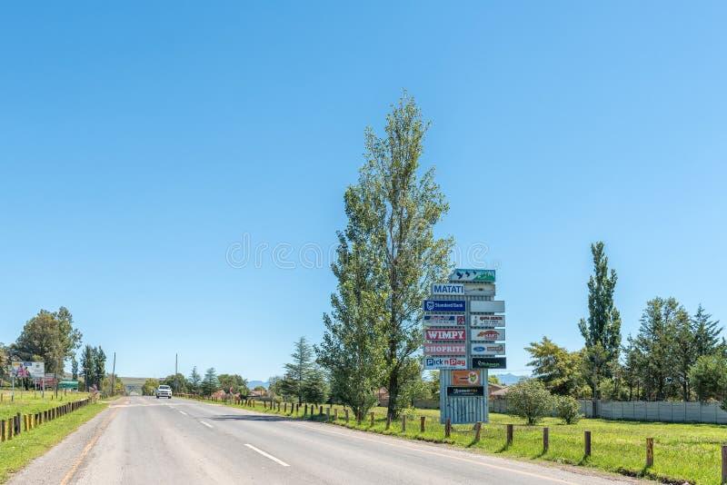 Uliczna scena z billboardami i pojazdem w Matatiele zdjęcie royalty free