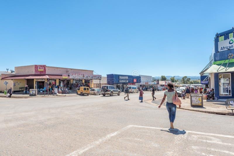 Uliczna scena z biznesami, ludźmi i pojazdami w Matatiele, zdjęcie royalty free