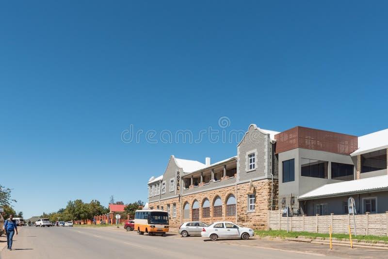 Uliczna scena z hotelem i pojazdy w Matatiele obraz stock