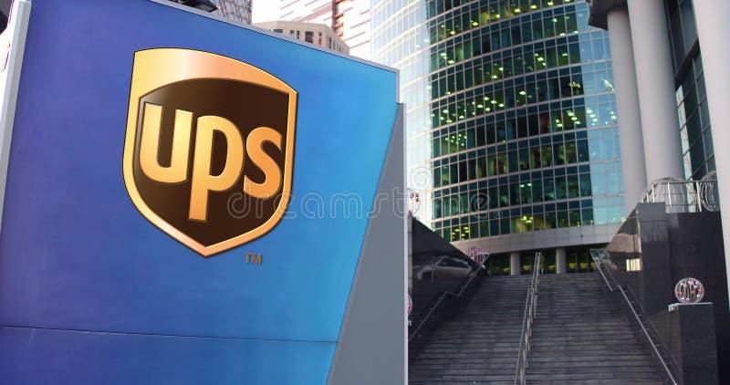 Uliczna signage deska z United Parcel Service PODNOSI loga Nowożytny biura centrum drapacz chmur i schodka tło ilustracji