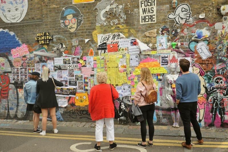 Uliczna sztuka na ulicach Ceglany pas ruchu rynek, Wschodni Londyn zdjęcie royalty free