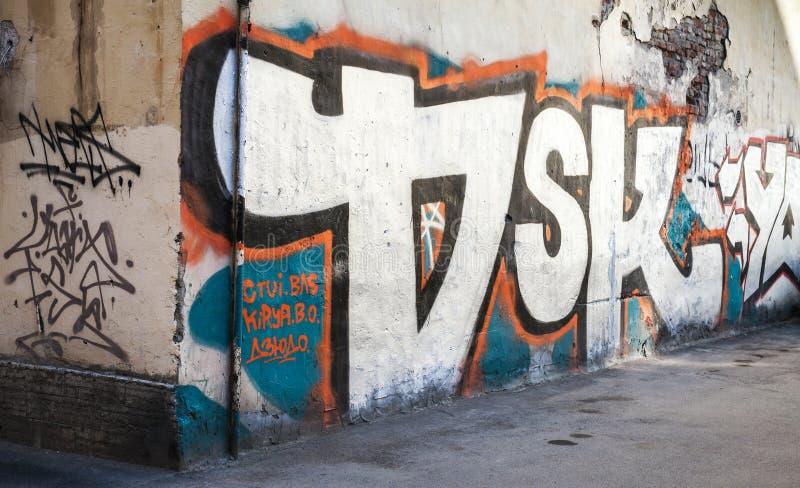 Uliczna sztuka, stara miastowa ściana z grungy graffiti fotografia royalty free