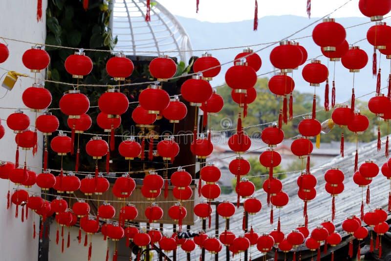 Uliczne dekoracje historyczny miasto Lijiang, Yunnan, Chiny - jednakowe mali lampiony - obraz stock