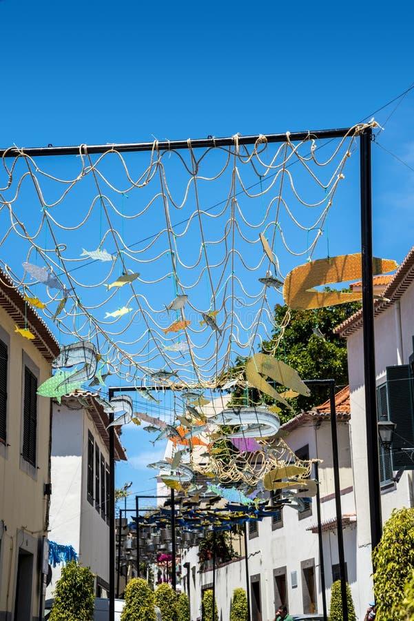 Uliczne dekoracje w Camara De Lobos wioska rybacka blisko miasta Funchal i niektóre wysokie falezy w świacie obraz stock