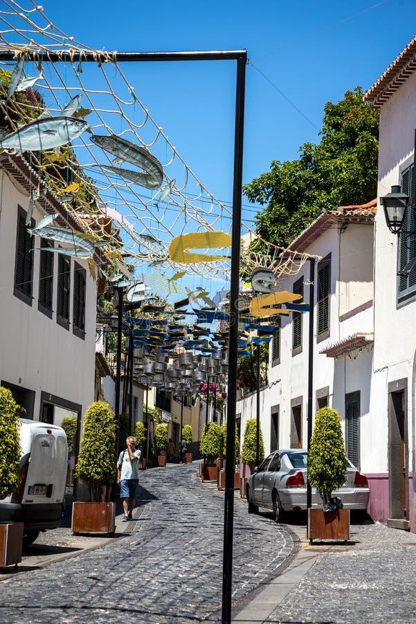 Uliczne dekoracje w Camara De Lobos wioska rybacka blisko miasta Funchal i niektóre wysokie falezy w świacie obrazy royalty free