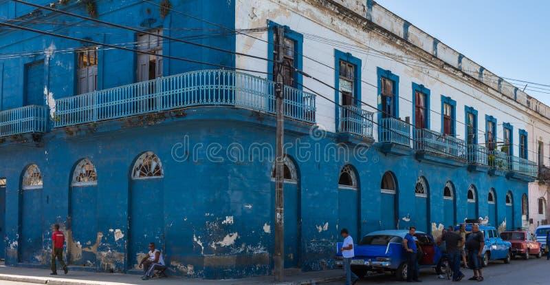Ulicznego życia widok w Sanata Clara Kuba z klasycznymi samochodami zdjęcia royalty free