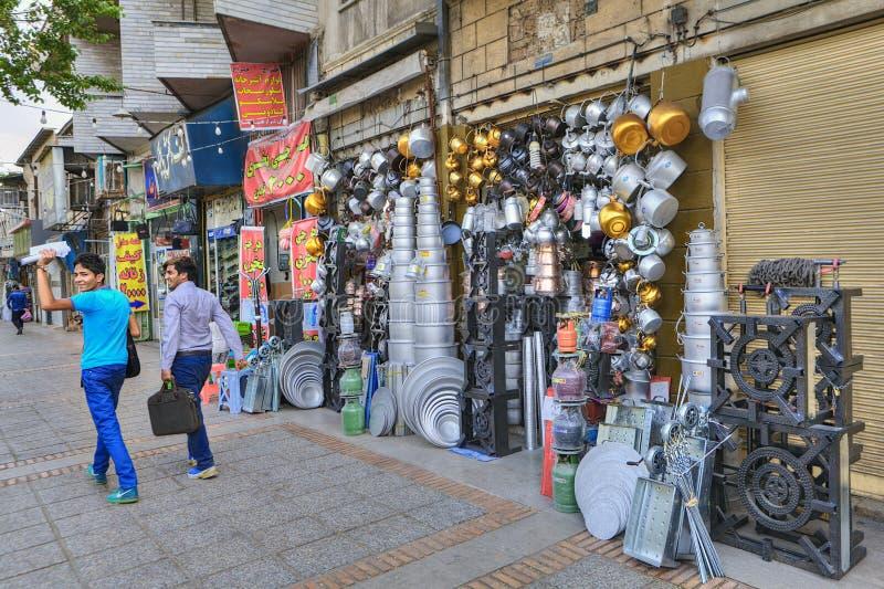 Ulicznego handlu gospodarstwa domowego naczynia aluminium i groszak, Iran zdjęcie royalty free