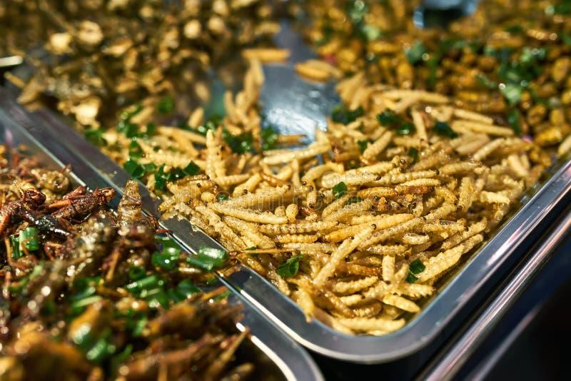 Ulicznego rynku gablota wystawowa z gotującymi insektami w Tajlandia obraz royalty free