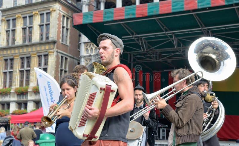 Uliczni aktorzy uczestniczą w aktywność na Uroczystym miejscu w Bruksela zdjęcie royalty free