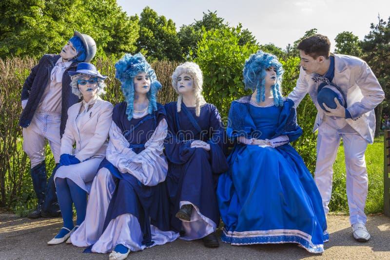 Uliczni aktorzy w kolorowych kostiumach fotografia royalty free