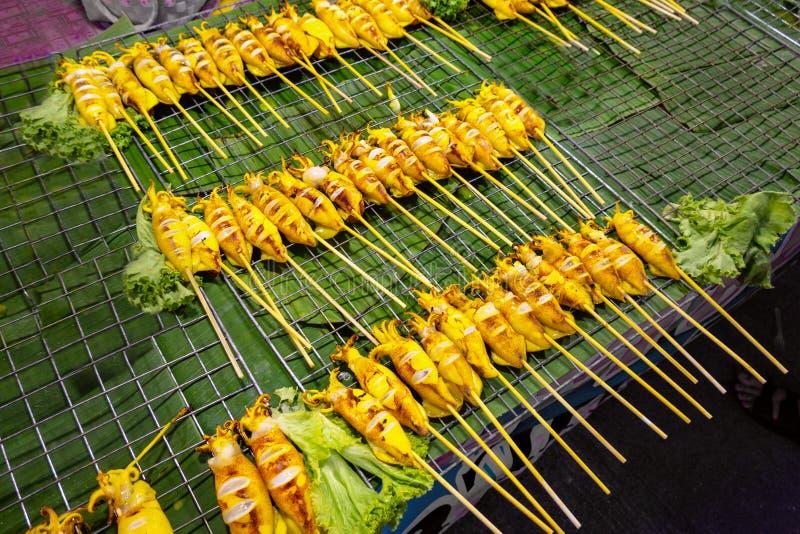 Uliczni foods - Piec na grillu ośmiornica na węgiel drzewny kuchence grillowany ka?amarnica BBQ zdjęcia royalty free