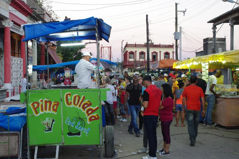 Uliczni karmowi sprzedawcy w Latyno-amerykański miasteczku zdjęcie royalty free