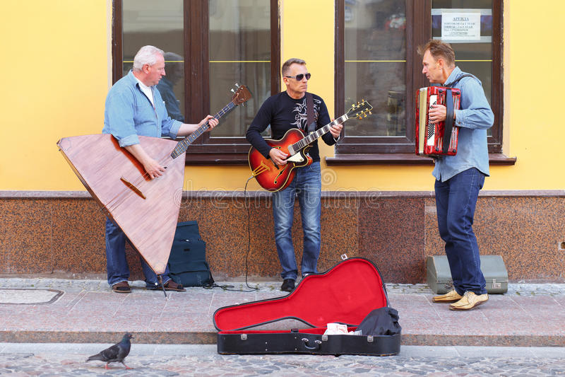 Uliczni muzycy bawić się na ulicie Hrodna fotografia royalty free